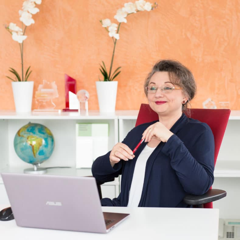 Woman in front of notebook, easymap consultant