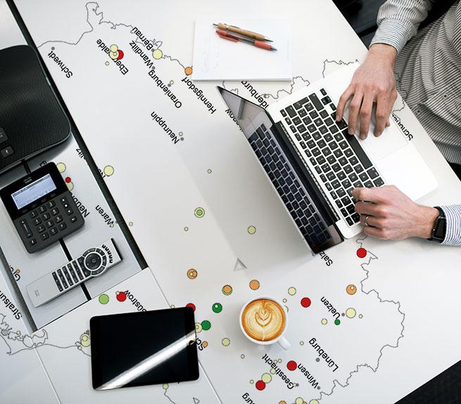 Schreibtisch mit Karten-Projektion