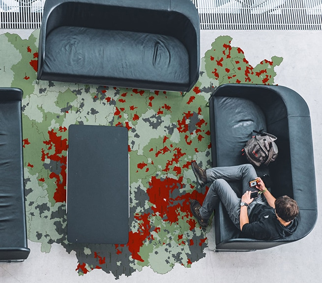 Mann auf Couch benutzt Smartphone