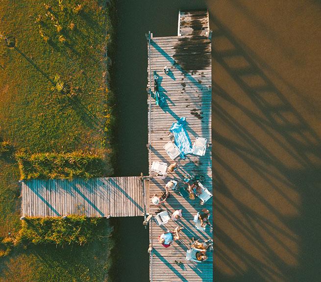 Familientreffen am See aus der Vogelperspektive