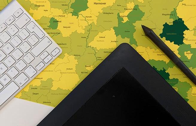 Kartenprojektion auf einem Schreibtisch