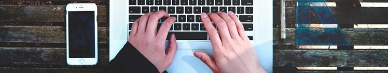 Hände auf Tastatur von oben